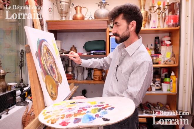 Dans son tout petit atelier de forbach kheder peint sans relache l artiste y raconte sa vie ses drames et ses espoirs photo rl 1495881198